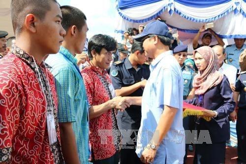菲律宾总统出席被捕越南渔民和渔船押送交接仪式 hinh anh 1