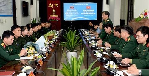 为老挝《人民军队报》干部、记者举办的2017年新闻业务培训班圆满结束 hinh anh 1
