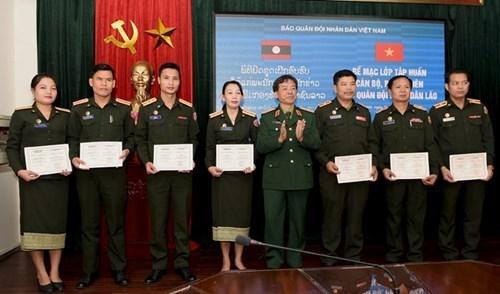为老挝《人民军队报》干部、记者举办的2017年新闻业务培训班圆满结束 hinh anh 2