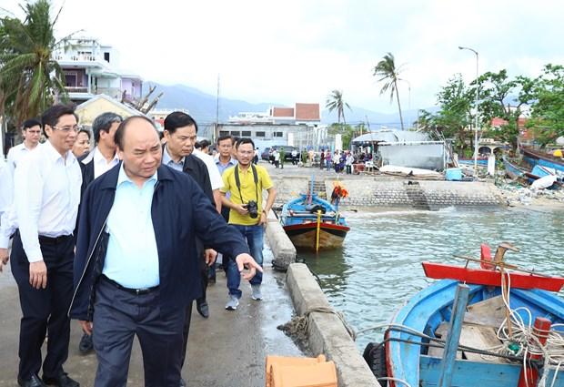 阮春福总理视察庆和省各地灾后恢复重建工作情况 hinh anh 1