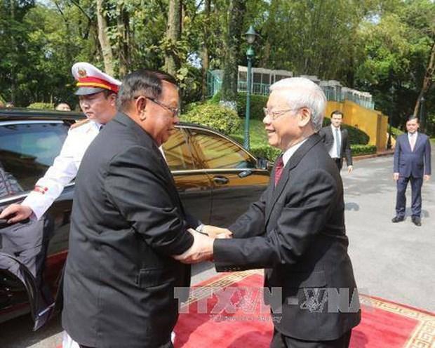 越南党和国家领导向老挝党和国家领导致贺电 hinh anh 1