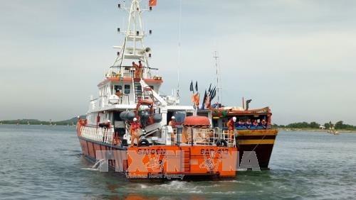 广义省成功牵引遇险渔船和7名渔民靠岸 hinh anh 1