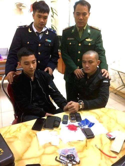 河静省边防公安逮捕非法运输毒品入境越南的两名疑犯 hinh anh 1