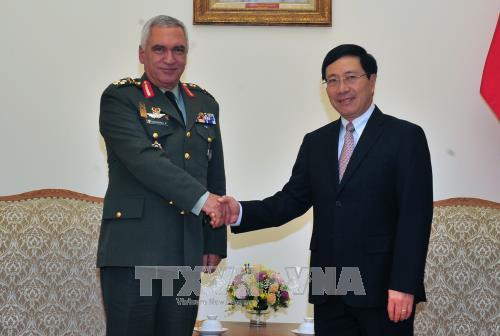 越南政府副总理兼外长范平明会见欧盟军事委员会主席科斯卡拉克斯 hinh anh 1