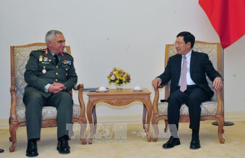 越南政府副总理兼外长范平明会见欧盟军事委员会主席科斯卡拉克斯 hinh anh 2