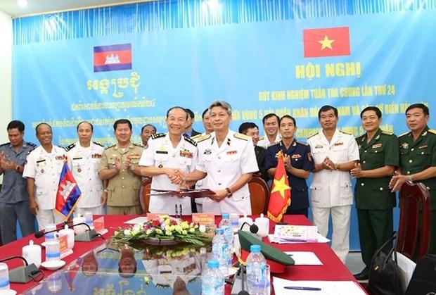 越柬第24次联合巡逻经验总结会议在坚江省举行 hinh anh 1