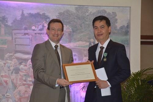 越南国家文书档案局局长荣获法兰西文学与艺术骑士勋章 hinh anh 1