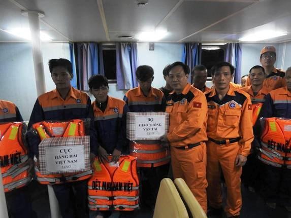 在乂安省海域遇险渔船及船上9名船员被成功救起 hinh anh 1
