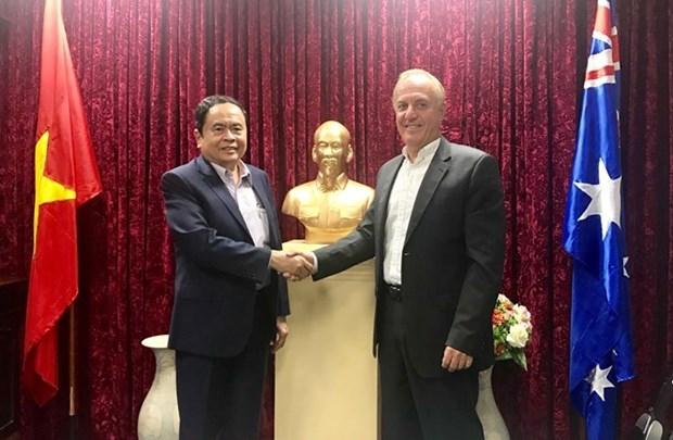 越南祖国阵线中央委员会主席陈青敏会见澳大利亚海鲜进口商协会执行主席 hinh anh 1