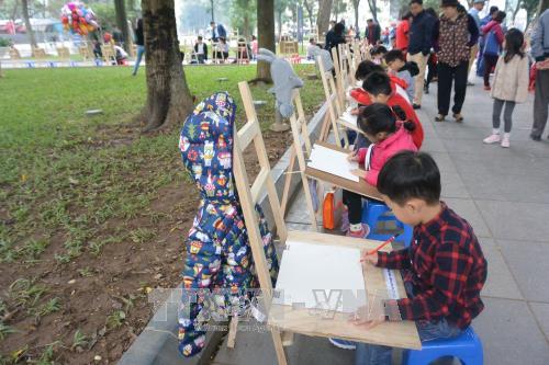 """近400名儿童参加""""儿童眼中的和平""""画画比赛 hinh anh 1"""