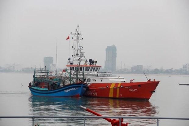 一艘载有7名船员海上遇险的越南渔船成功获救 hinh anh 1