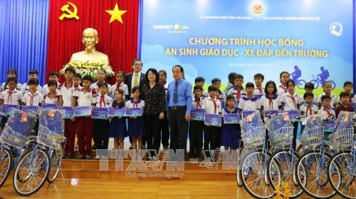 国家副主席邓氏玉盛向安江省贫困学生颁发助学金 hinh anh 2