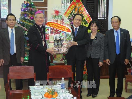 越南祖国阵线中央委员会主席陈青敏走访岘港教区祝贺圣诞 hinh anh 1