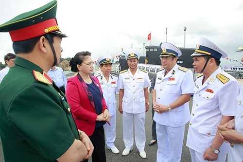 越南国会主席阮氏金银探访金兰军事基地 hinh anh 1