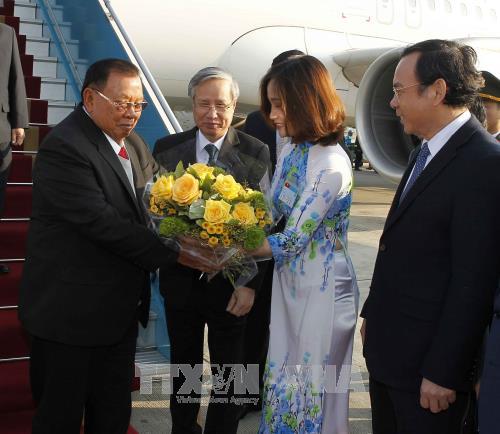 老挝人民革命党中央总书记、国家主席本扬·沃拉吉抵达河内 开始对越南进行正式友好访问 hinh anh 1