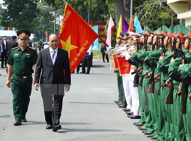 越南政府总理阮春福探访同塔省军事指挥部 hinh anh 1
