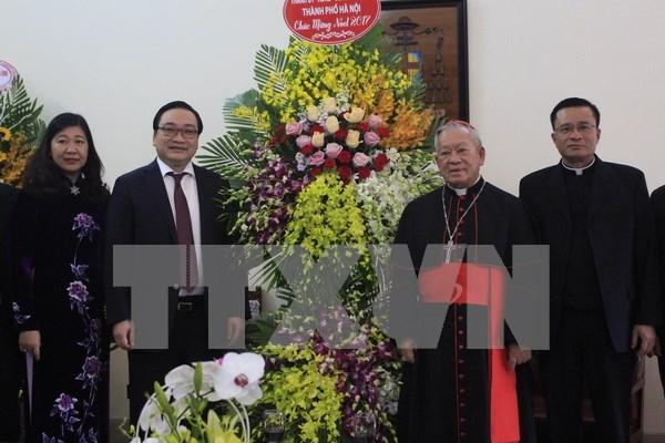 2017年圣诞节:河内市领导看望慰问当地宗教活动场所 hinh anh 1