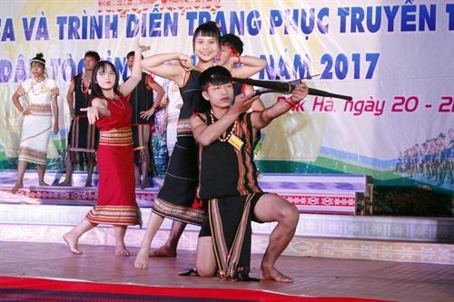 2017年昆嵩省各族民歌联欢会吸引200名民族艺术家参加 hinh anh 1