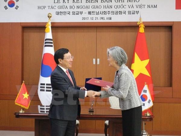 政府副总理兼外长范平明会见韩国总统和总理 同韩国外长举行会谈 hinh anh 4