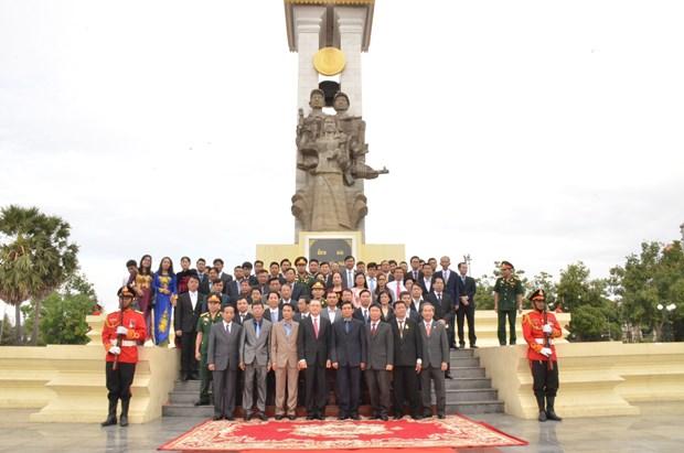 越柬建交50周年:越南代表团在越柬友谊纪念碑前敬香 hinh anh 1