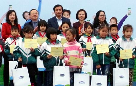 越南儿童保护基金会向兴安省贫困儿童赠送牛奶和助学金 hinh anh 1