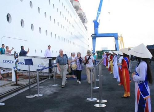 搭载6400多名游客的4艘豪华游轮陆续抵达岘港 hinh anh 1
