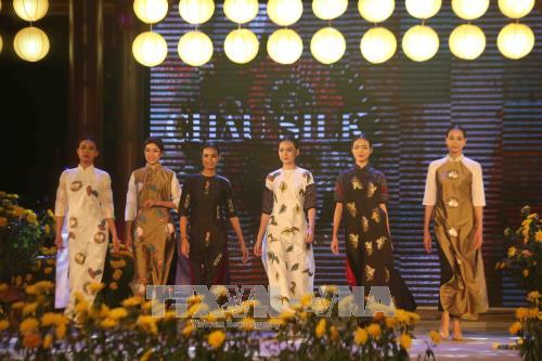 2017年大叻花卉节:观丝绸赏美酒 hinh anh 1