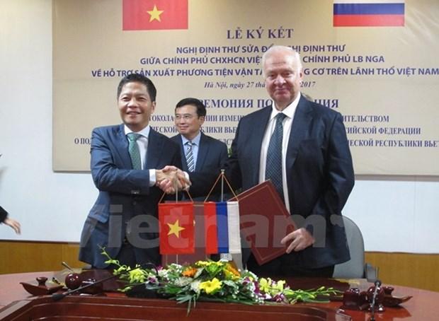 越南与俄罗斯签署在越南生产带发动机运输工具的修改议定书 hinh anh 2