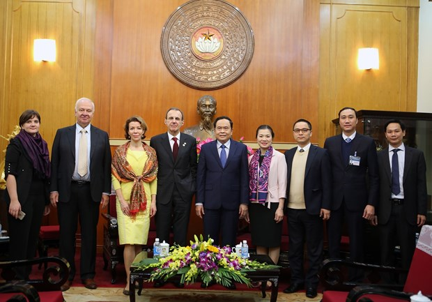 越南祖国阵线中央委员会主席陈青敏会见俄罗斯联邦社会院代表团 hinh anh 1