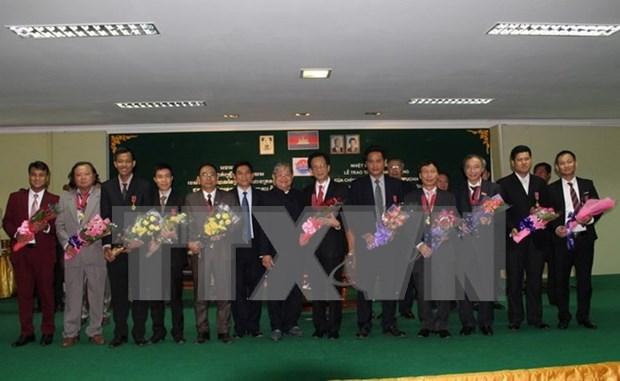 越柬建交50周年:柬埔寨政府向越南外交与新闻干部授予友好合作勋章 hinh anh 1