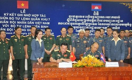 越南第七军区司令部与柬埔寨宪兵司令部加强合作 hinh anh 1