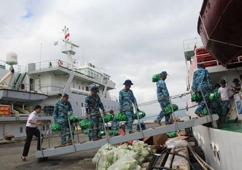林同省向长沙岛县军民赠送40多吨蔬果 hinh anh 1