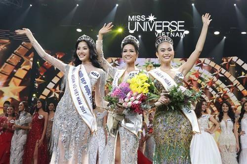 2017年越南环球小姐总决赛落幕 埃地族姑娘成为后冠的主人 hinh anh 1