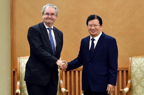 越南政府副总理郑廷勇会见欧洲投资银行副行长乔纳森·泰勒 hinh anh 1