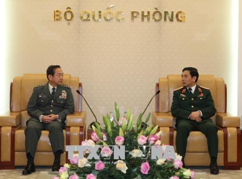 越南人民军总参谋长潘文江会见日本陆上自卫队参谋长山崎幸二 hinh anh 1