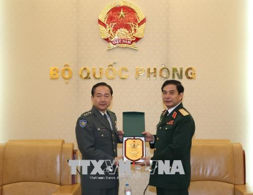 越南人民军总参谋长潘文江会见日本陆上自卫队参谋长山崎幸二 hinh anh 2