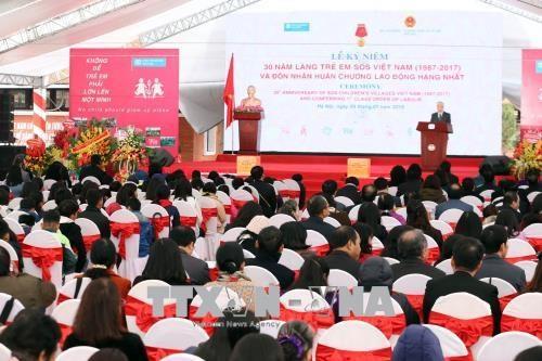 越南国家副主席邓氏玉盛向越南SOS儿童村授予一级劳动勋章 hinh anh 1
