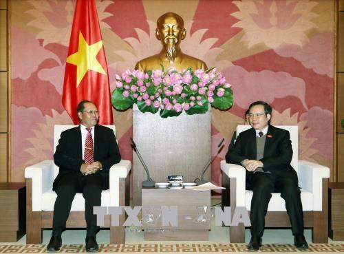 越南国会副主席冯国显会见老挝国会经济、技术和环境委员会主任 hinh anh 1