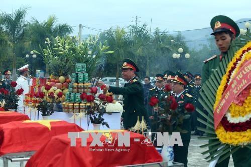 在老挝战场牺牲的越南志愿军烈士遗骸安葬仪式举行 hinh anh 2