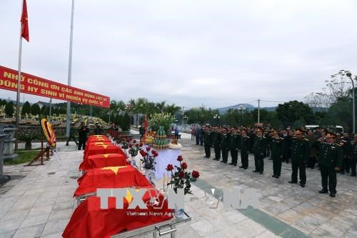 在老挝战场牺牲的越南志愿军烈士遗骸安葬仪式举行 hinh anh 1