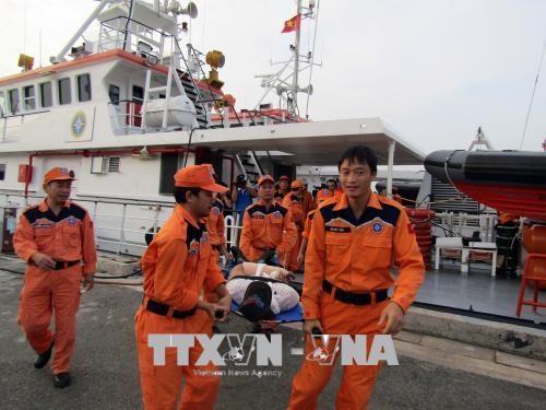越方及时营救海上遇险的两名外籍水手 hinh anh 1
