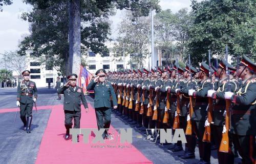 老挝人民革命党中央总书记、国家主席本扬会见越南高级军事代表团 hinh anh 2