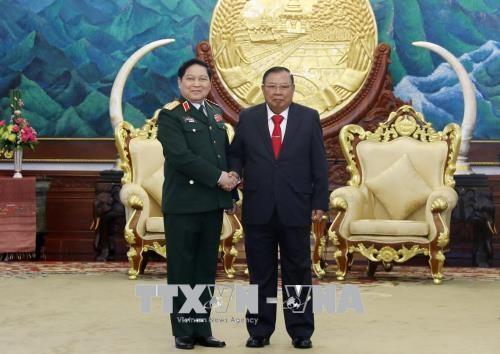 老挝人民革命党中央总书记、国家主席本扬会见越南高级军事代表团 hinh anh 1