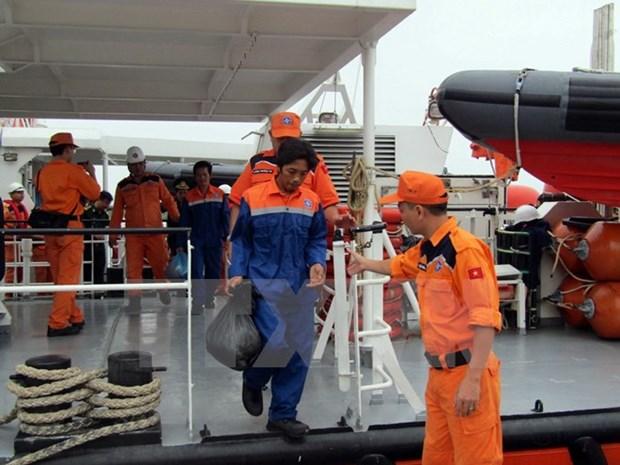 海上遇险的11名越南渔民获救 hinh anh 1