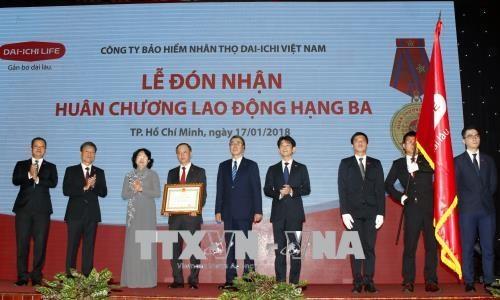 国家副主席邓氏玉盛授予第一生命保险(越南)三级劳动勋章 hinh anh 1
