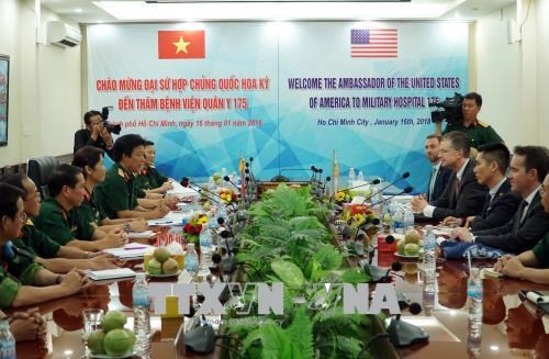 美国驻越大使探访175军医院 hinh anh 1