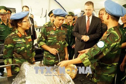 美国驻越大使探访175军医院 hinh anh 2