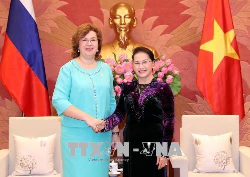 国会主席阮氏金银会见赴越出席APPF-26的俄罗斯联邦议会领导 hinh anh 2