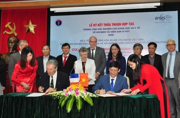 越南与法国签署关于加强艾滋病与病毒性肝炎研究领域的合作协议 hinh anh 1