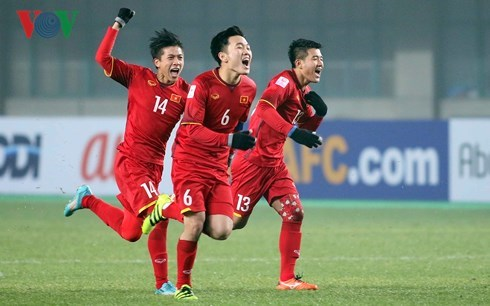 越南驻中国大使馆代表团看望越南U23足球队 鼓励他们再创佳绩 hinh anh 1